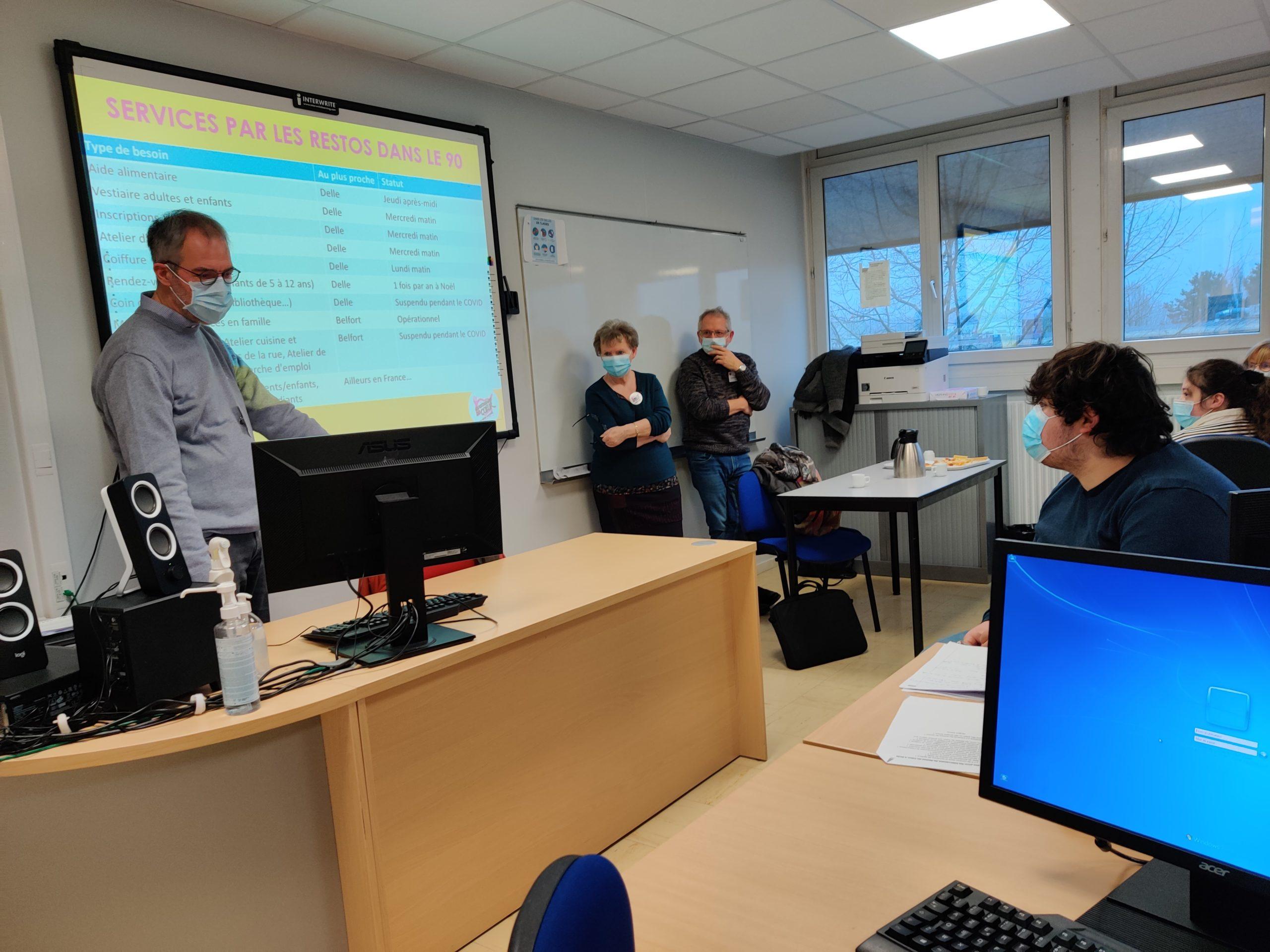 Pierre donne des cours d'informatique